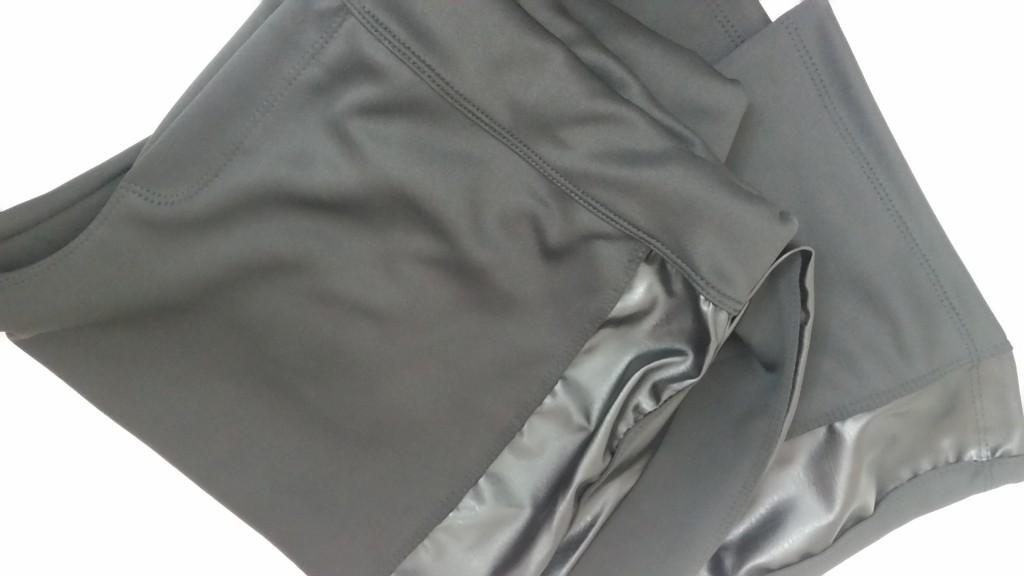 Essa calça flare é de um tecido estilo neoprene e tem a lateral de couro fake. Maravilhosa! abaixo um look com ela. Custou R$ 35,00