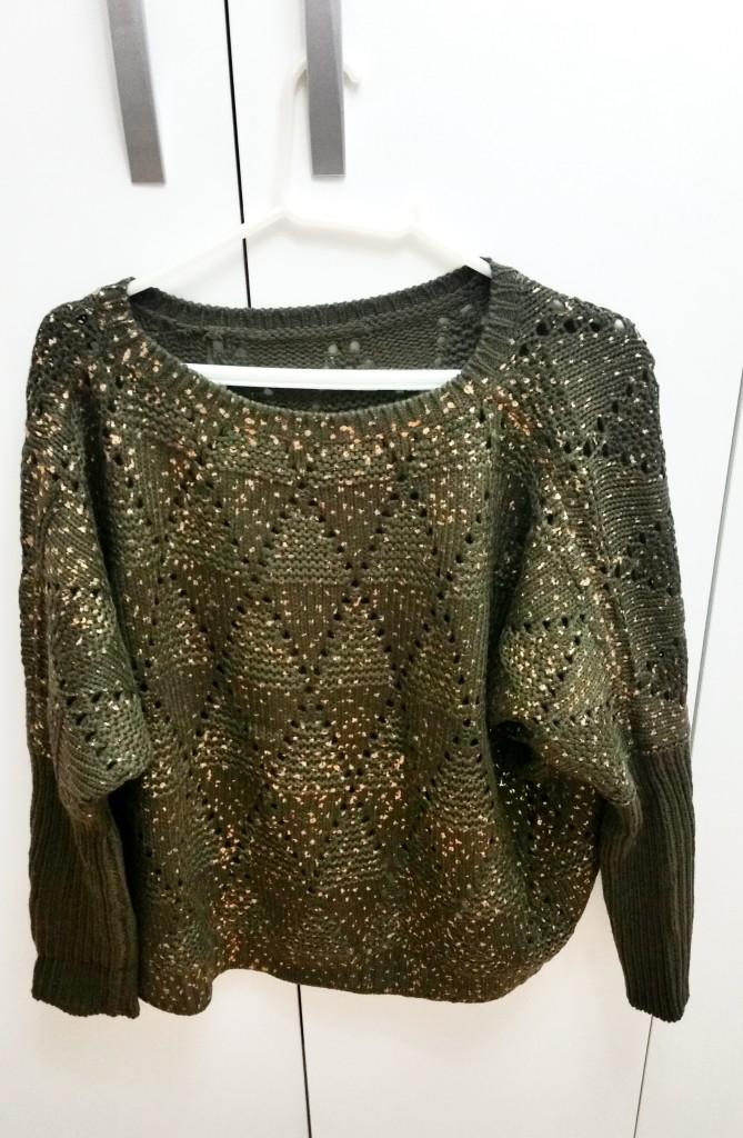 Blusa de lã verde com pingos dourados por R$ 50,00