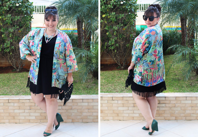 Ju Romano com um vestidinho básico preto e o kimono dando alegria pra esse look!