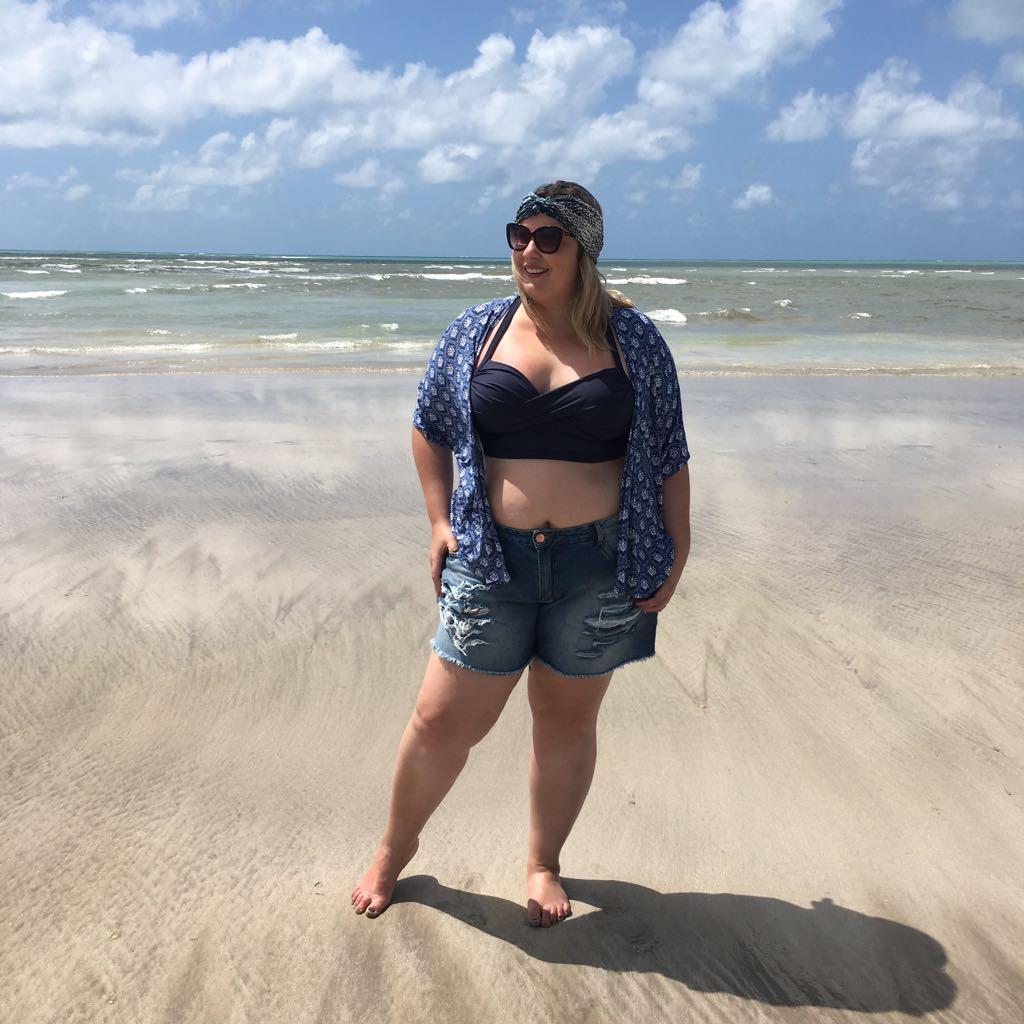 A Aline do blog Estilo Curvas usou na praia com shortinho e biquini e ficou super despojado!